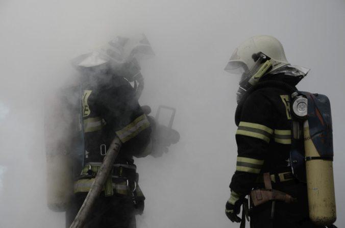 Domov dôchodcov vo Vejprtoch zachvátil požiar, hlásia mŕtvych a pomáhajú aj nemeckí záchranári