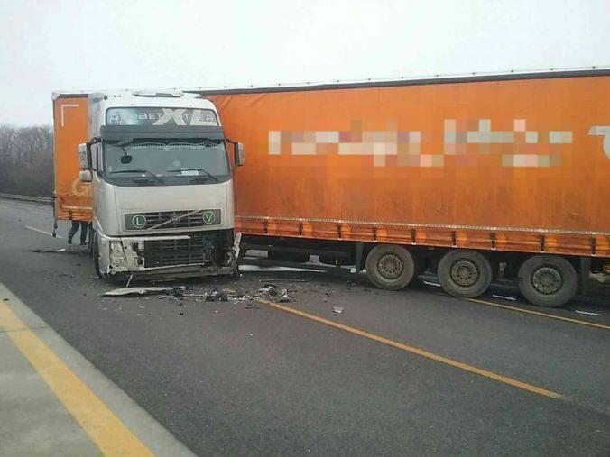 Hasiči zasahujú pri nehode kamióna a osobného auta, diaľnica D1 je neprejazdná (foto)