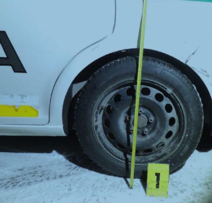 Čadčan sadol za volant opitý, vrazil do plota a pri cúvaní aj do policajtov (foto)