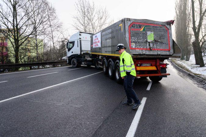 Aj krátkodobé odstávky firiem škodia Slovensku, analytik označil štrajk autodopravcov za nezodpovedný