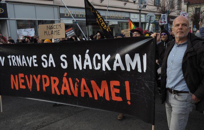 Policajtov v piatok v Trnave zamestnávali stovky kotlebovcov aj ich odporcov, zatkli jednu osobu