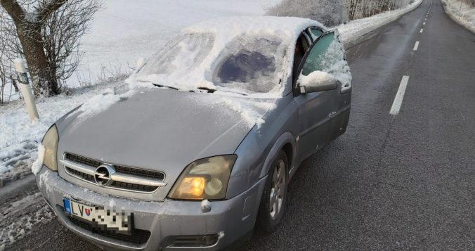 Vodič Opla vyrazil na cesty na zasneženom aute, dostal pokutu (foto)