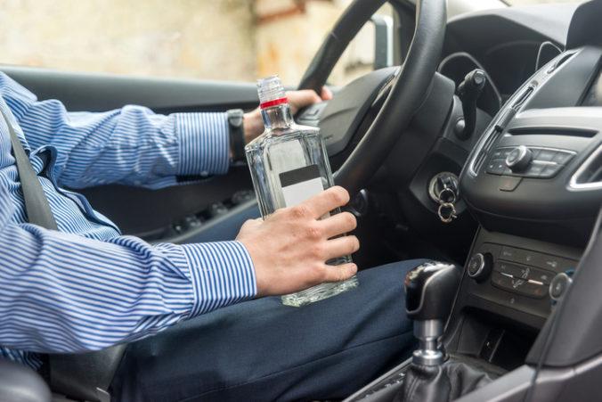 Muž dostal doživotný zákaz šoférovania, napriek zákazu sadol za volant opitý