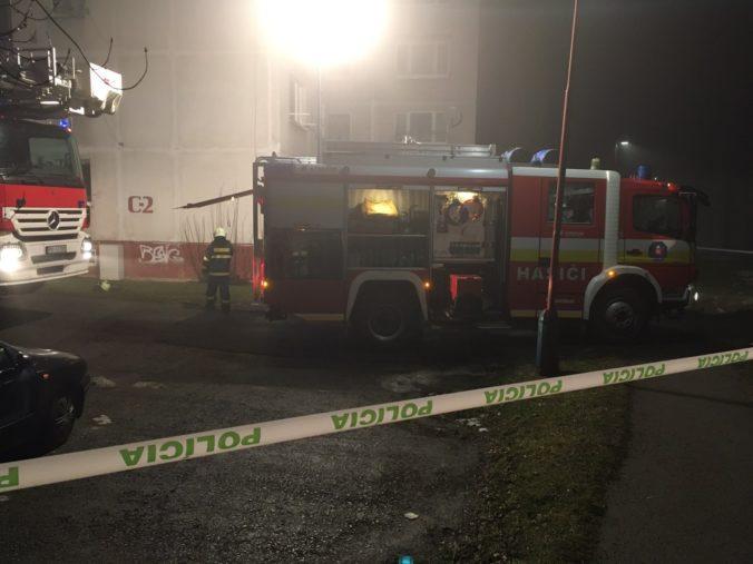 V bardejovskom bytovom dome horelo, hasiči museli evakuovať viac ako sto ľudí (foto)
