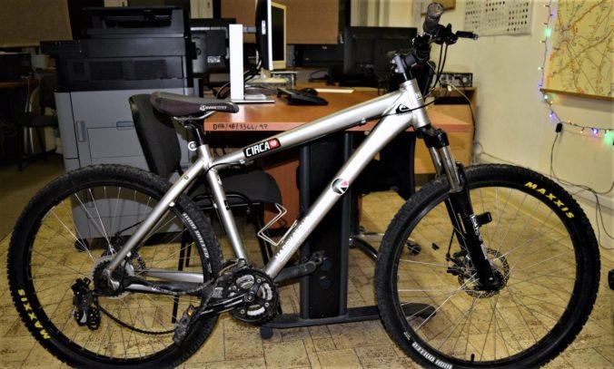 Neznámy cyklista narazil do kočíka a zmizol, policajti zatiaľ našli len jeho bicykel