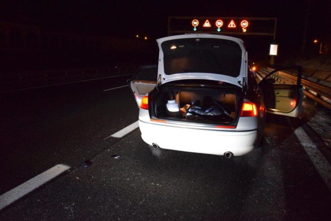 Policajti našli pri prehliadke auta metamfetamín, dvojicu obvinili z drogovej trestnej činnosti