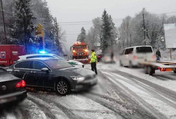 Husté sneženie komplikuje dopravu na horských priechodoch, Šturec a Kremnické bane úplne uzavreli