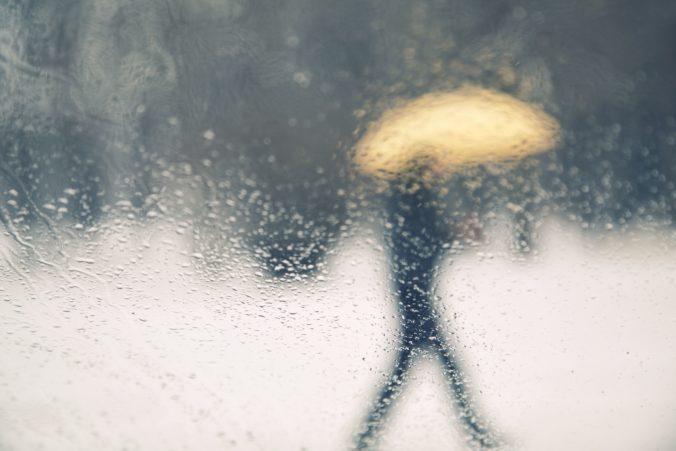 Meteorológovia vydali aj červené výstrahy. Na Slovensku prší, sneží, silno fúka a hrozí aj víchrica