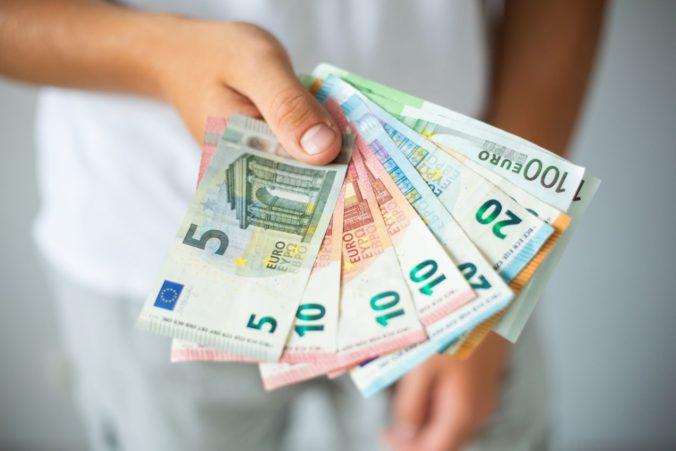 Rebríček minimálných miezd v EÚ vedie Luxembursko s 2142 eurami, Slovensko je na 15. mieste