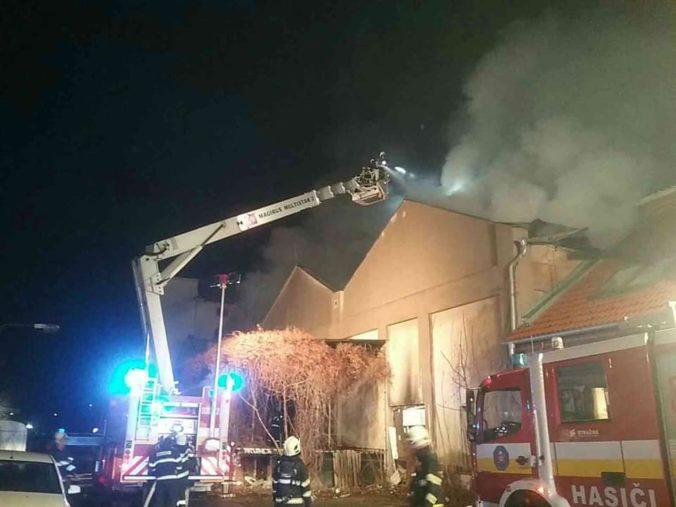 V bratislavskej Petržalke horí sklad, zasahuje niekoľko desiatok hasičov (foto)
