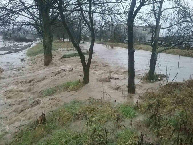 Vyliaty potok aj popadané stromy, pre nepriaznivé počasie počet hasičských výjazdov stúpa (foto)