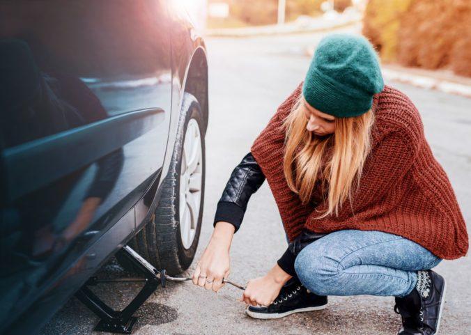 Žene pri výmene pneumatiky pritlačilo ruky, zachránilo ju nekonvenčné myslenie