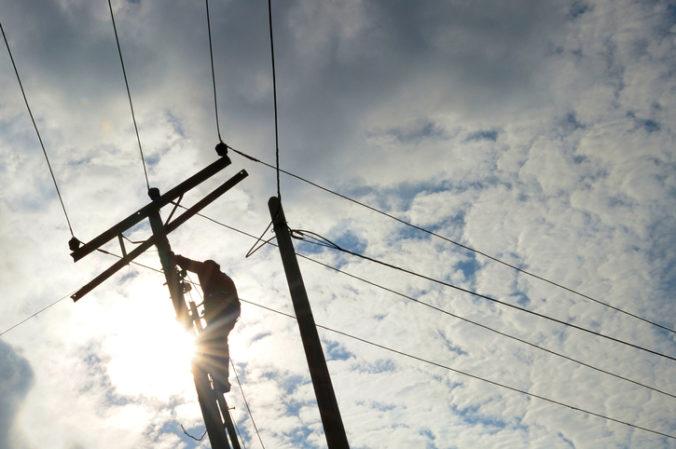 Bez elektriny sú po veternej noci tisícky domácností, najkritickejšia situácia je na Horehroní