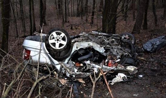 Mladý vodič neprežil zrážku s kamiónom, ktorý bol naložený drevom (foto)