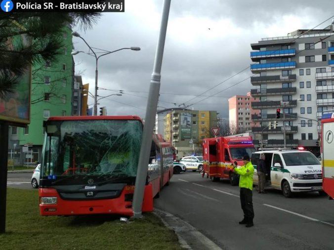 Trolejbus bratislavskej MHD narazil do stĺpu elektrického vedenia (foto)