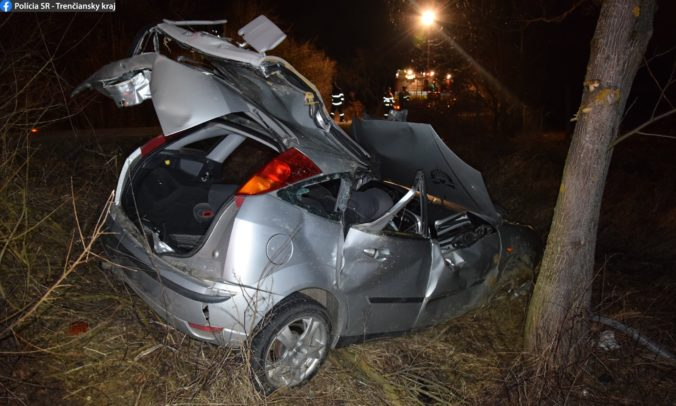 Vodič to na Forde prehnal, skončil so zlomenými rukami a ďalšími vážnymi zraneniami (foto)
