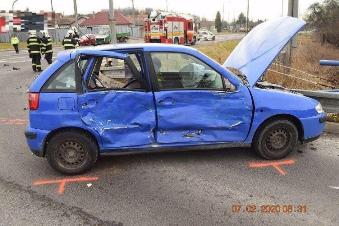 Kamionista nedal prednosť osobnému autu, pri nehode sa zranila vodička aj deti (foto)