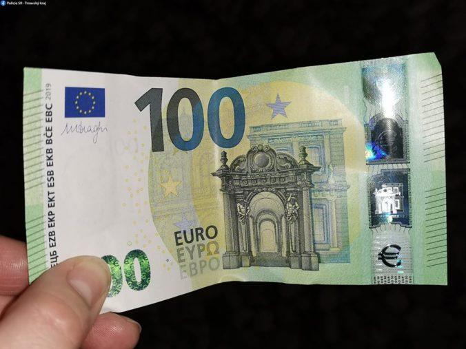 Platili falošnými stoeurovkami v Trnave, už čelia obvineniam (foto)