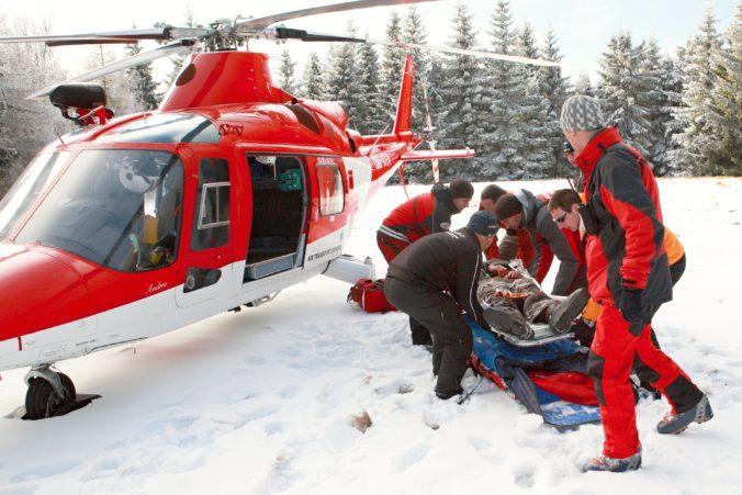Lyžiarka zostala po páde v bezvedomí, na svahu v Malinô Brdo museli zasahovať leteckí záchranári
