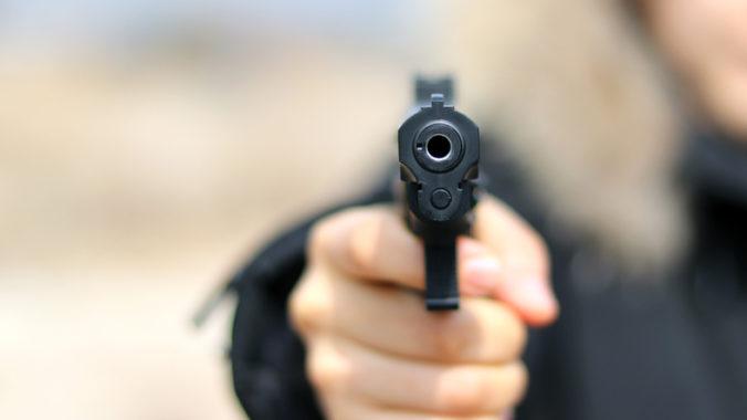 Vojak spustil paľbu a v nákupnom centre zabil desať ľudí, polícia uzavrela ulicu