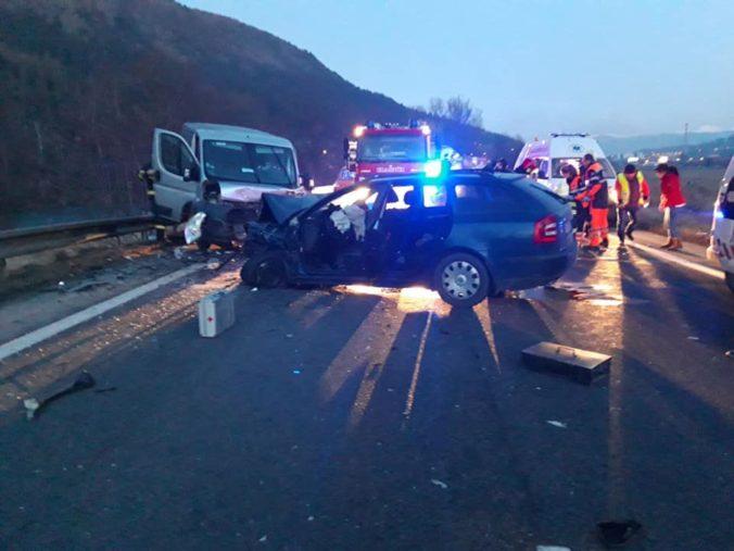 Za Ružomberkom sa zrazili dve osobné autá s dodávkou, jedna osoba zostala zakliesnená vo vozidle