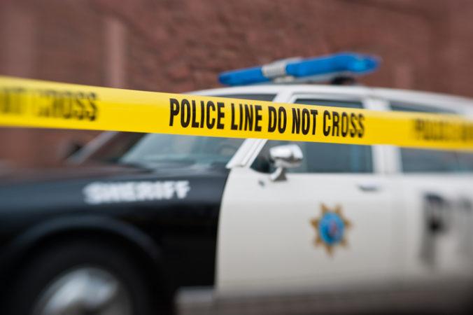 Muž prišiel k policajnej hliadke, vytiahol zbraň a začal strieľať