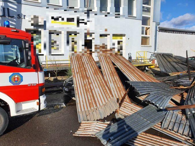 Silný vietor strhol strechu v Žiari nad Hronom, počasie komplikuje aj dopravu (foto)