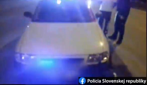 Vodič Opla s falošným majákom obiehal autá, naháňačka s policajtmi sa skončila nehodou (video)