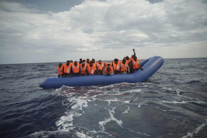 Záchranná loď a lietadlo pátrajú po desiatkach migrantov, ktorí sa plavili po Stredozemnom mori