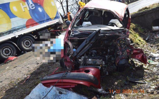 Kamión zrejme nedal prednosť, vodič Citroënu zrážku neprežil (foto)