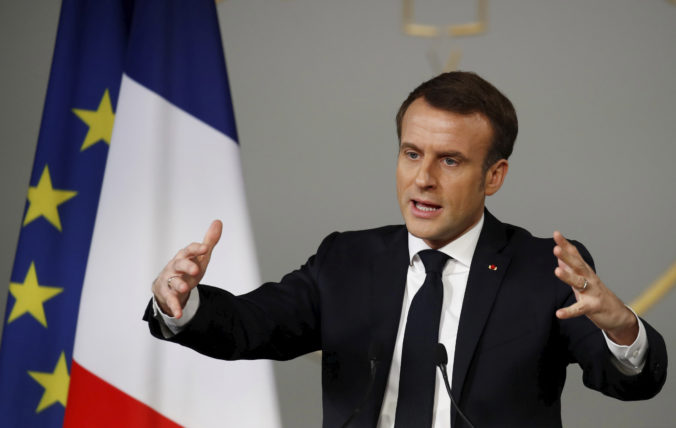 Macron sa zastal dievčaťa, ktoré kritikou islamu rozdelilo francúzsku spoločnosť