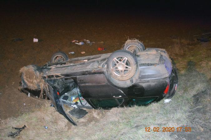 Šofér zrazil tínedžerku na priechode pre chodcov, ďalší skončil s autom na streche