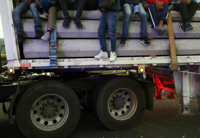 V kamióne v Severnom Macedónsku sa tlačilo viac ako 50 migrantov, zadržala ich polícia