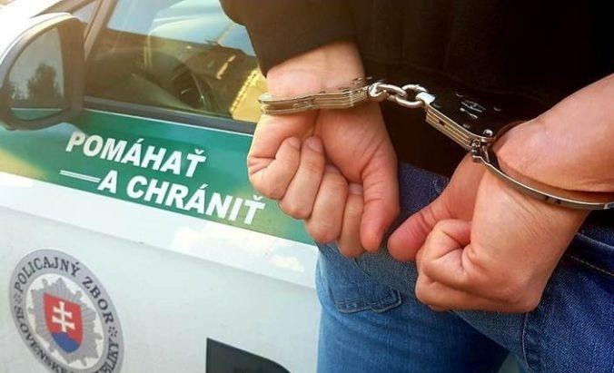 Policajti rozložili organizovanú skupinu, na predaj drog využívali autá taxislužby (video)