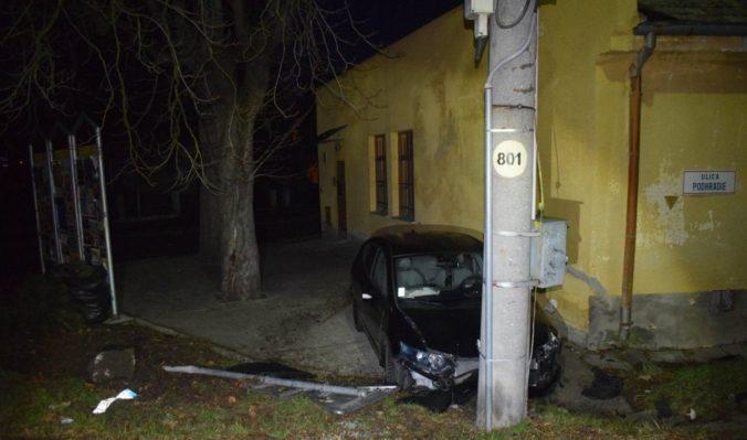 Opitá vodička Hondy narazila do dopravnej značky, policajti jej namerali viac ako dve promile (foto)