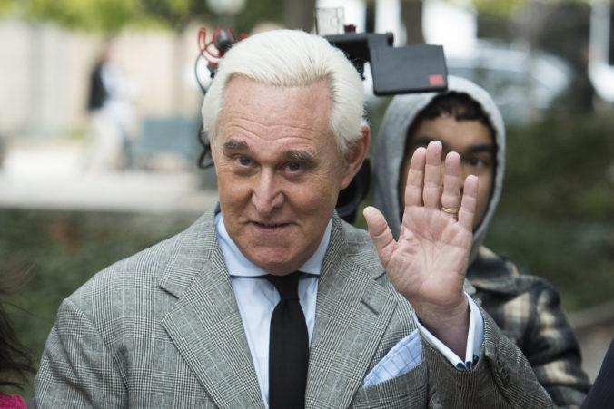 Trumpov dlhoročný poradca a spojenec Roger Stone má ísť na štyridsať mesiacov do väzenia
