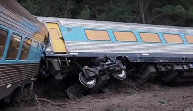 Vlak s desiatkami cestujúcich sa vykoľajil, nehoda v Austrálii si vyžiadala aj mŕtvych