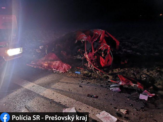 Mladý vodič prešiel do protismeru a neprežil čelnú zrážku s kamiónom (foto)