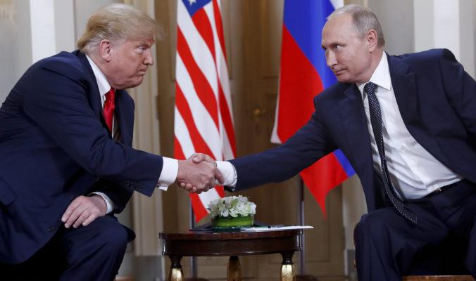 Rusko zasahuje do prezidentskej kampane a pomáha Trumpovi, varujú tajné služby