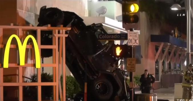 Auto sa zrútilo zo šesťposchodového parkoviska priamo na reštauráciu, dve osoby stihli vyskočiť (video)