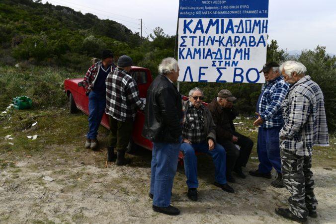 Ľudia začali na gréckych ostrovoch stavať barikády, protestujú proti výstavbe táborov pre migrantov