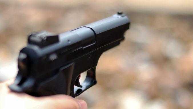 Opatrovateľka si robila selfie so zbraňou, postrelila pri tom desaťročné dieťa