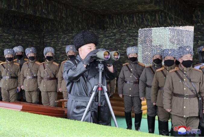 Severná Kórea vypálila dve rakety, vodca Kim má vraj v rukáve aj novú strategickú zbraň