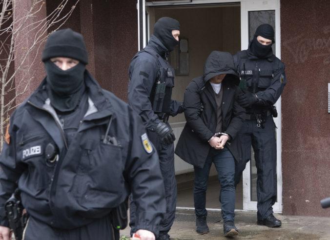 Polícia prehľadala byty podozrivých extrémistov, ktorí v Nemecku plánovali útoky na migrantov