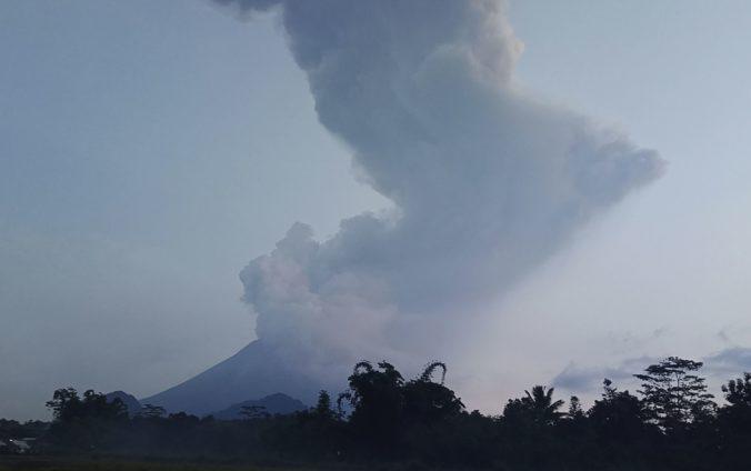 Sopka Merapi vychrlila dym a popol do výšky až šesťtisíc metrov (video)