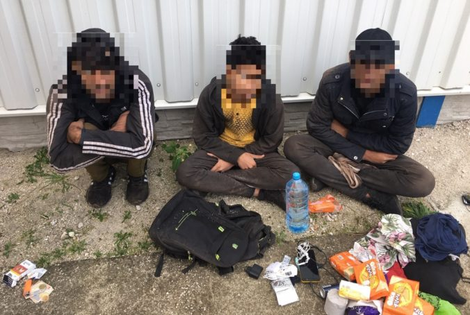 V uzavretých nákladných vagónoch sa ukrývali desiatky migrantov vrátane tehotnej ženy