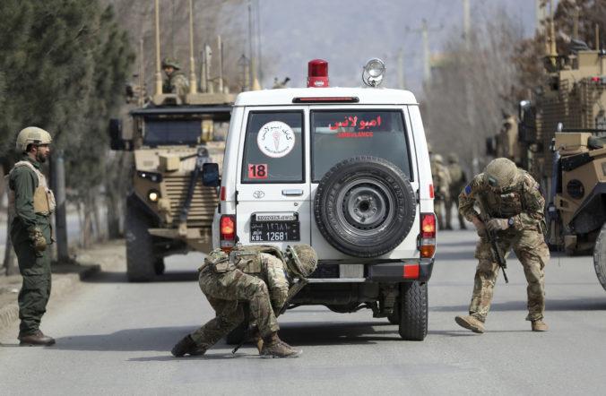 K útoku ozbrojencov v Kábule sa prihlásil Islamský štát, zahynulo viac ako 30 ľudí