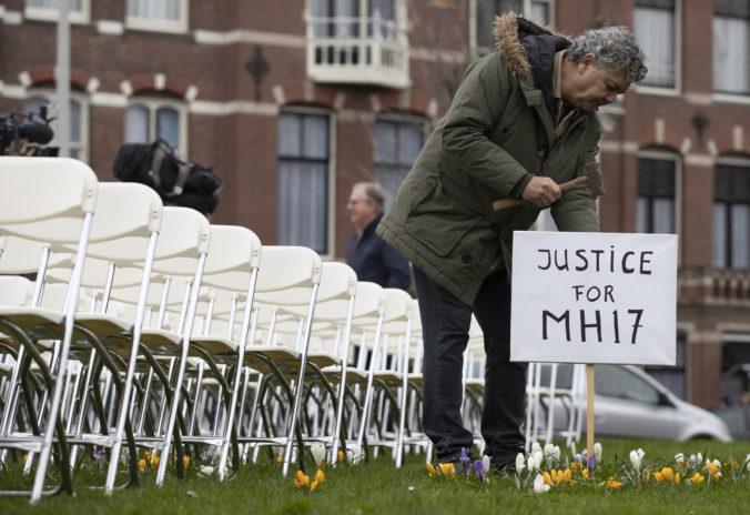 Pred ruské veľvyslanectvo v Haagu postavili rodiny obetí letu MH17 prázdne biele stoličky