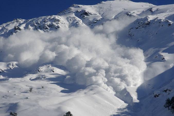 V horskom masíve spadla lavína a zasypala turistov, pravdepodobne šlo o Čechov