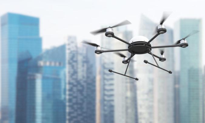 Pomocou dronov pašovali do väznice drogy aj mobily, väzňa prichytili pri preberaní zásielky